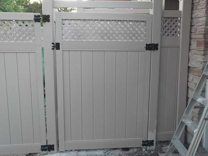 Full-Privacy-Vinyl-Fencing-Gate with Latice Installation-in-New-Market by wholesalefence.ca